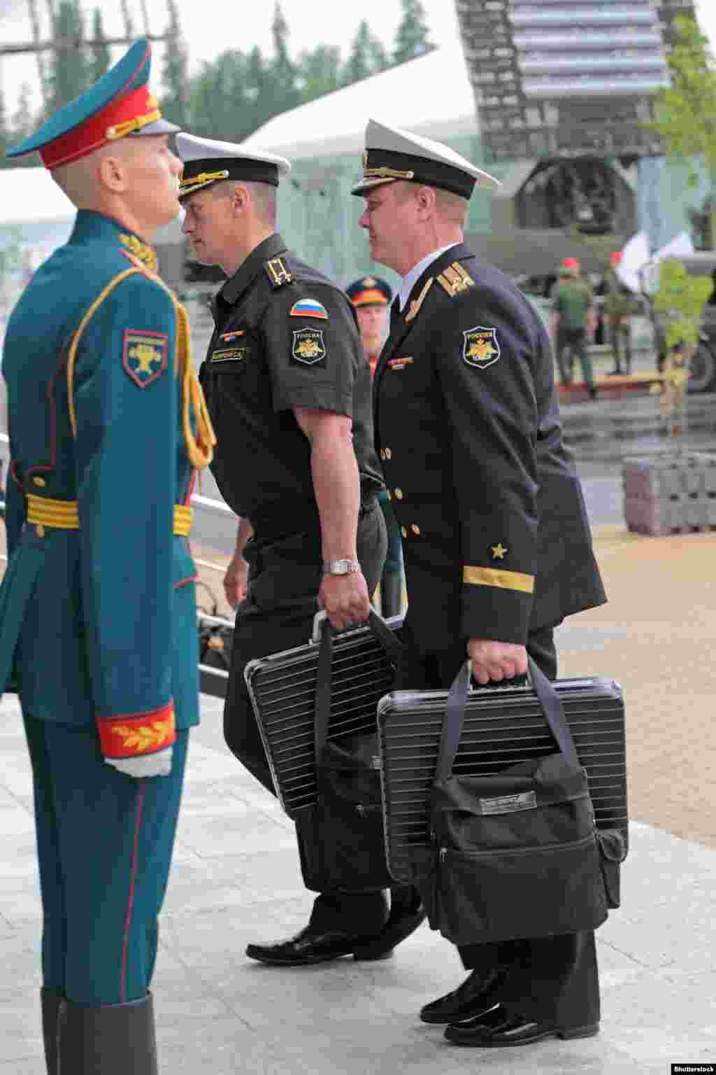 """И овие куфери што ги носат руски воени лица се познати како системот """"Чегет"""". Нуклеарните чанти се именувани по планина во рускиот кавкаски регион. Уредите за судниот ден на двете земји ќе бидат некаде при рака кога американскиот претседател Џо Бајден и неговиот руски колега Владимир Путин, ќе се сретнат во Женева на 16 јуни. Застрашувачкиот рачен багаж му овозможува на неговиот сопственик да уништи голем дел од цивилизацијата со наредба за нуклеарни ракетни напади од каде било на земјата."""