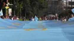 Qırımtatarlar Kiyev merkezinde dünyada eñ büyük milliy bayraqnen yürüş keçirdi (video)