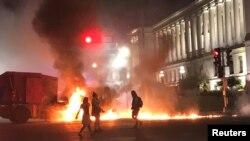 Беспорядки в городе Кеноша (Висконсин, США) вспыхнули после того, как белый полицейский семь раз выстрелил в спину чернокожему правонарушителю.