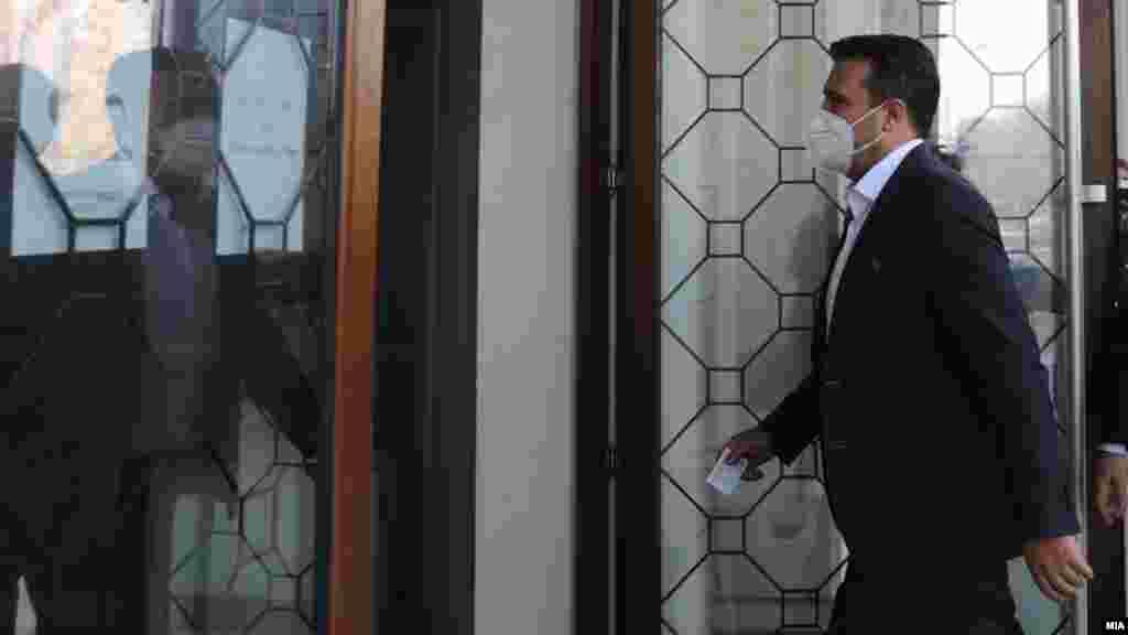 МАКЕДОНИЈА - Во интервју за луксембрушкиот весник Борт, премиерот Зоран Заев вели дека Македонија се разочарала од ЕУ поради набавката на вакцини против ковид-19, но дека им било кажано дека во овој момент е невозможно за Унијата да ги сподели вакцините, пренесе МИА.