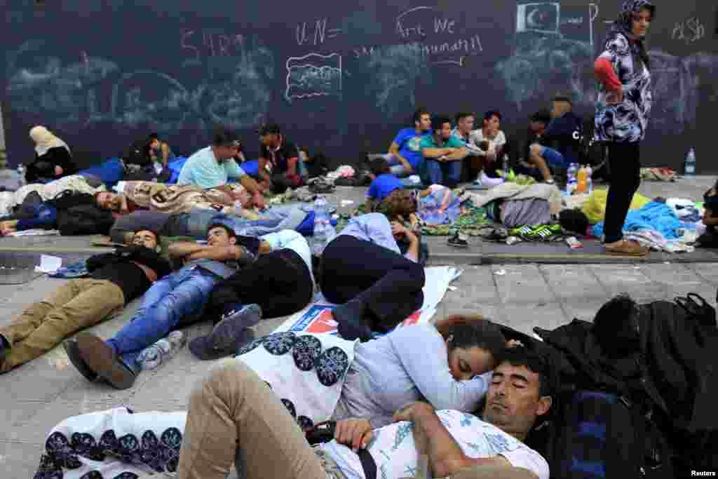 Мигранты на станции метро в Будапеште, недалеко от Келети. 2 сентября 2015 года.