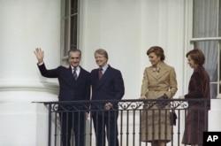 شاه و شهبانو فرح در کنار کارتر و همسرش در زمان دیدار از واشینگتن در ۱۹۷۷