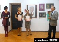 Яўген Сахута ўручыў граматы Вользе Бабурынай і Натальлі Сухой