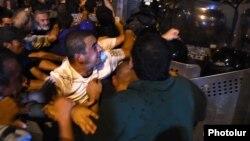 Բախումներ ցուցարարների և ոստիկանների միջև, Էրեբունի թաղամաս, 20-ը հուլիսի, 2016 թ․