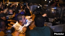Ցուցարարների և ոստիկանների բախումը Խորանացու փողոցում, Երևան, 20-ը հուլիսի, 2016թ.