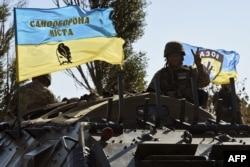 Боєць добровольчого батальйону «Азов» на околиці Маріуполя