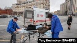 روسیه کې په کرونا ویروس اخته کس روغتون ته د لېږدولو پر مهال.
