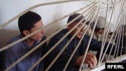 Қырғызстанда терроризмге байланысты сотқа тартылған азаматтар. Ош, 21 қазан 2009 жыл. (Көрнекі сурет)
