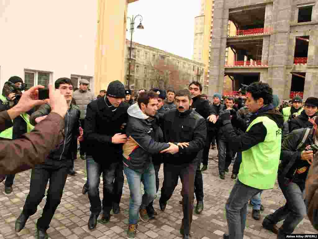 Влада Азербайджану заарештувала кількох ініціаторів протесту, відколи стартувала кампанія з проведення «Великого народного дня».