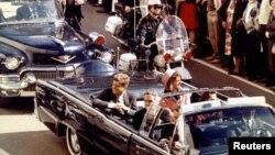 الرئيس كينيدي وعقيلته قبل دقائق من اغتياله في 22 تشرين الثاني 1963