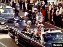 John F. Kennedy və xanımı Jacqueline, prezidentə sui-qəsddən az əvvəl. Dallas, 22 noyabr, 1963