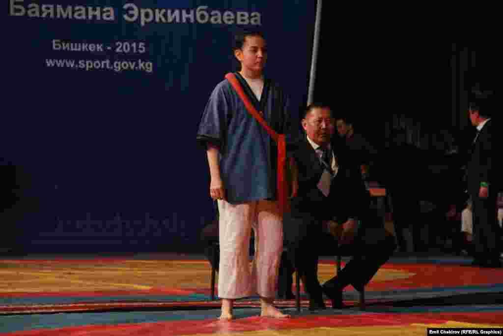 Кыз-келиндер арасында 58 кг. салмакта күч сынашууга чыккан түркмөнстандык Зарина Абдурахманова килемге чыгууга даярданууда.