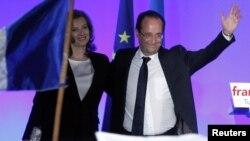 Франция президенті Франсуа Олланд (оң жақта) азаматтық некедегі жұбайы Валери Триервейлермен бірге.