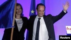 Francois Hollande prezident seçilməsini qeyd edir - yeni rəfiqəsi Valerie Trierweiler ilə, 6 may 2012