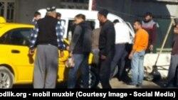 Люди столпились на улице во время землетрясения в Узбекистане.