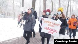Bişkek. Protestçiler aýallara garşy sorlugyň bes edilmegine çagyrýar. 12-nji dekabr, 2020.