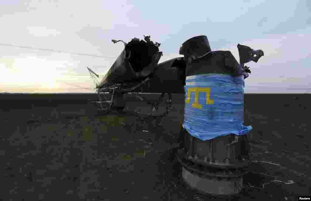 Взорванная опора ЛЭП, доступ к которой блокируют активисты акции по гражданской блокаде Крыма.