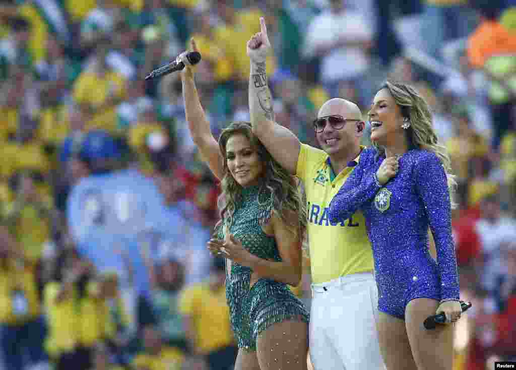 The singers Jennifer Lopez, Pitbull, and Claudia Leitte performing.