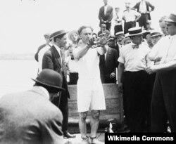 """Гудини готовится выполнить трюк """"Освобождение из затопленного ящика"""", 1912"""