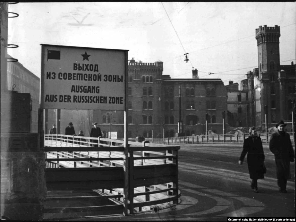 """Знак на русском и немецком языках на границе советской зоны оккупации. Центр Вены управлялся совместно силами союзников. Эта странная система управления была даже воспета в кино: в 1949 году на экраны вышел фильм-триллер """"Третий человек"""", снятый пороману Грэма Грина."""