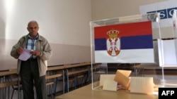 Serbët e Kosovës duke votuar për zgjedhjet e Serbisë më 6 maj 2012. Mitrovicë