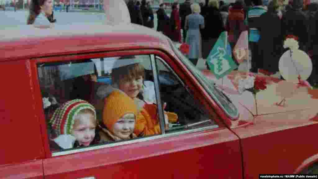 Дети на первомайской демонстрации, Тольятти, 1981 год