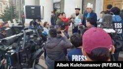 Замирбек Көчөрбаев жана активист Аманбол Бабакулов Бишкек мэриясынын алдында журналисттер менен. 11-март, 2019-жыл.