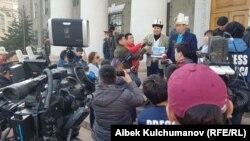 Акция объединения «Кырк чоро» у здания мэрии Бишкека. 11 марта 2019 года.