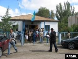 У районного суда, где проходит процесс по делу Жовтиса. Баканас, 3 сентября 2009 года.