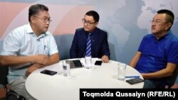 Слева направо: политолог Расул Жумалы, ведущий программы AzattyqLIVE Касым Аманжол и казах из Германии Омирхан Алтын. Алматы, 23 августа 2018 года.
