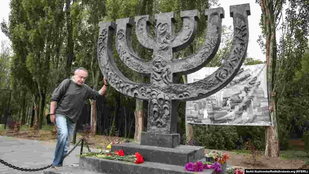 Пам'ятник був встановлений 29 вересня 1991 року, у 50-у річницю першого масового розстрілу євреїв. Від колишньої контори єврейського кладовища до пам'ятника прокладена вимощена плиткою «Дорога скорботи»
