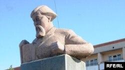 Ағартушы Ыбырай Алтынсаринге қойылған ескерткіш. Қостанай, 3 қазан, 2009 жыл.
