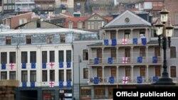 Дома в Тбилиси разукрашены флагами Грузии и ЕС