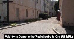 З-під бруківки Кафедральної вулиці мертві волають до живих