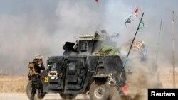 Իրաքի հատուկ նշանակության զորքերի ծառայողը կրակում է «Իսլամական պետության» զինյալի ուղղույթմաբ, Մոսուլից արևելք ընկած հատվածում, 20-ը հոկտեմբերի, 2016թ․
