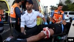 Одного из пострадавших в результате нападения увозят в больницу