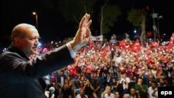 Prezident Rejep Taýyp Erdogan öz tarapdarlarynyň öňünde çykyş edýär, Stambul, 18-nji iýul, 2016.