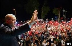 Реджеп Эрдоган со своими сторонниками. Стамбул, 18 июля