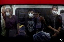Пассажиры в защитных масках в метро Тегерана, Иран, 8 июля 2020 года