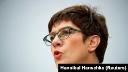 Аннегрет Крамп-Карренбауэр, вазири дифои Олмон