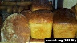 Хлеб на прилавке магазина.
