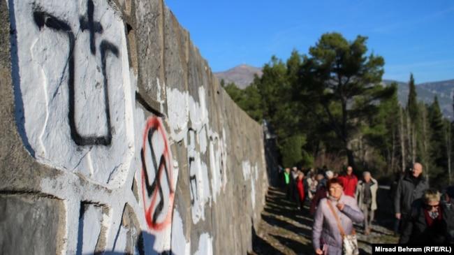 'Nikada ne bih isključivao ambicije i drugih nacionalizama, koji su težili stvaranju nacionalnih država Hrvatske i Slovenije. Njihov nacionalizam je možda u manjoj mjeri, ali, također, bio važan u rušenju Jugoslavije koliko i srpski nacionalizam.' (Fotografija: Ustaški i fašistički grafiti na Partizanskom groblju u Mostaru)