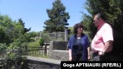 სტალინის სახლ-მუზეუმის სპეციალისტი ლარისა გაზაშვილი და ლატვიის ელჩი საქართველოში ანდრის ვილცანსი