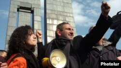 Armenia - Opposition leader Nikol Pashinian addresses protesters that barricaded themselves in central Yerevan, 1 March 2008.