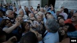 Акча алууга ашыккан пенсионерлер. Афины, 1-июль, 2015-жыл.