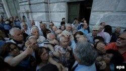 Пэнсіянэры ў чарзе па нумаркі на атрыманьне пэнсіяў наяўнымі грашмі ў адным з атэнскіх банкаў