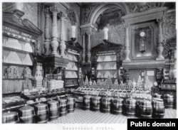 Groceries are piled up for display inside Yeliseyevsky in 1913.