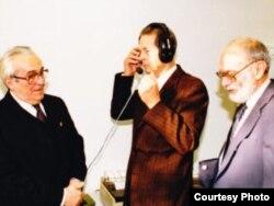 Regele Mihai la sediul Radio Europa Liberă de la München, împreună cu Mircea Carp (stânga) și Nicolae Stroescu-Stanisoară (dreapta)