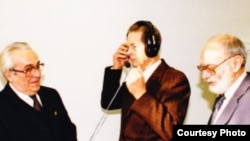 Король Румынии Михай I в студии Свободной Европы в Мюнхене, рядом — Мирча Карп (слева) и Николае Строеску-Стынишоарэ (справа)