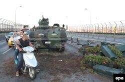 Tancuri abandonate pe o șosea în Istanbul, 16 iulie 2016
